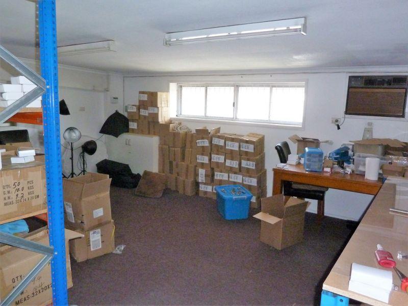 WAREHOUSE/ OFFICE IN UNDERWOOD 852m2*