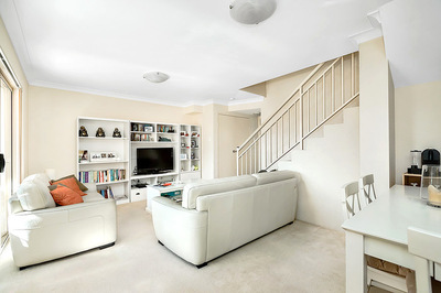 Parkside 2 Level Apartment - Walk To Shops & Station!