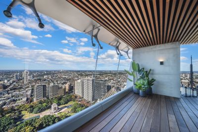 UNRIVALLED APARTMENT WITH PANORAMIC HARBOUR AND CITY VIEWS