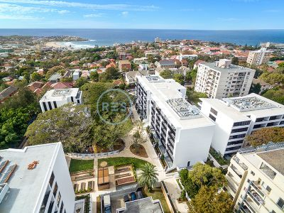 Large 1-Bedroom Apartment with courtyard in Bondi