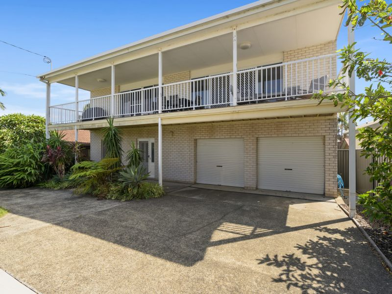 Family sized holiday house just seconds to the beach!
