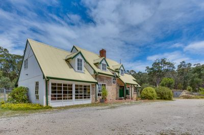 LARGE FAMILY HOME/COUNTRY LIVING