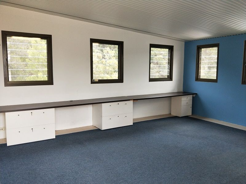 A LITTLE BEAUTY! IMMACULATELY PRESENTED OFFICE IN A TRANQUIL SETTING.