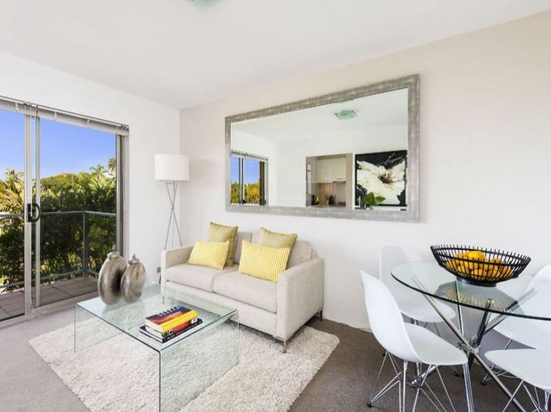 Chic one bedroom apartment with sparkling harbour views
