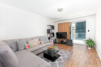 Two huge rooms in modern Dee Why apartment opposite the shops and close to the beach!