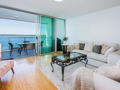 Stunning Broadwater Panorama with Extra Family Room
