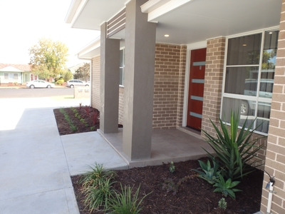 Near new executive style unit in a quiet central location