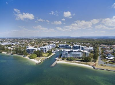 Spacious, Pet-Friendly Apartment with Stunning Broadwater Views!