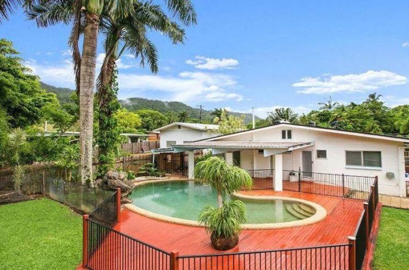 Beautiful Home, Pool, backs onto Parkland
