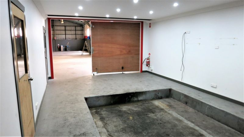 924m² Warehouse With Tech Rooms