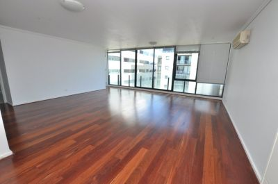 The Capri: 10th Floor - Fantastic Location - With Floorboards!