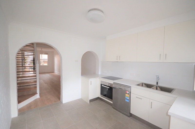 Stylishly Renovated Terrace, Super Convenient Location