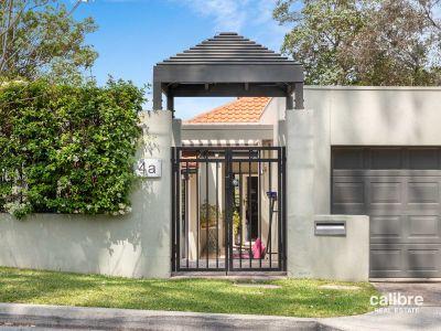 Elegant Long Pocket Home, Walk to St Peters