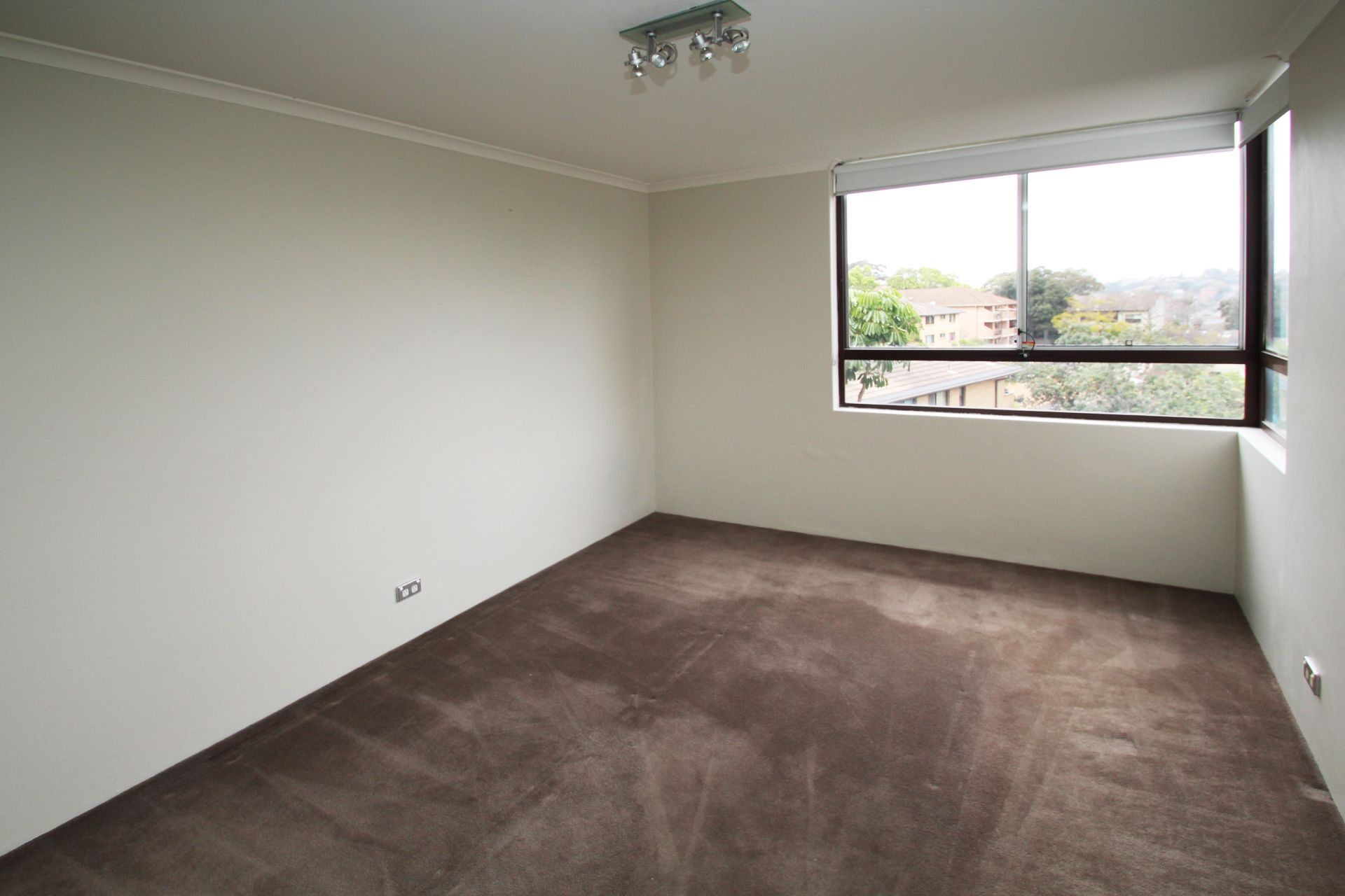 BRIGHT, MODERN & SPACIOUS 2 BEDROOM APARTMENT WITH TREETOP VIEWS!