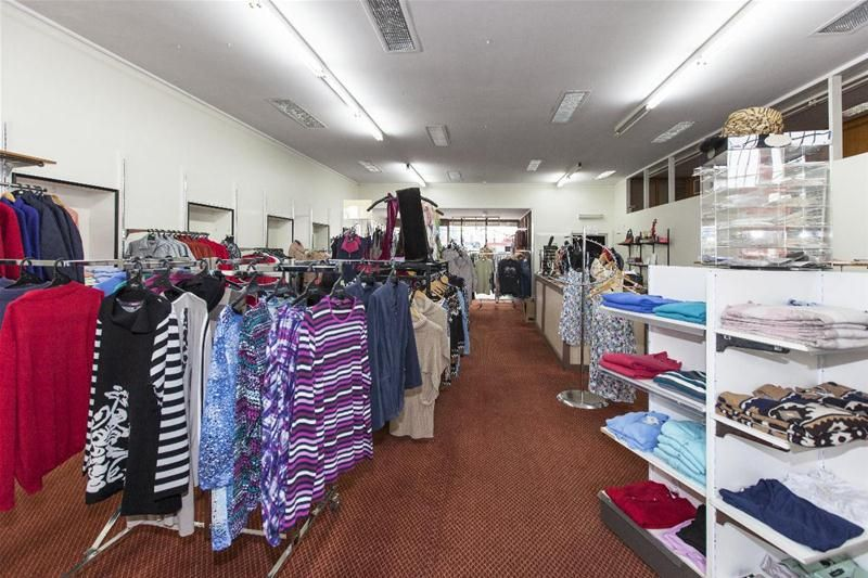 Large Shop in Central Location!