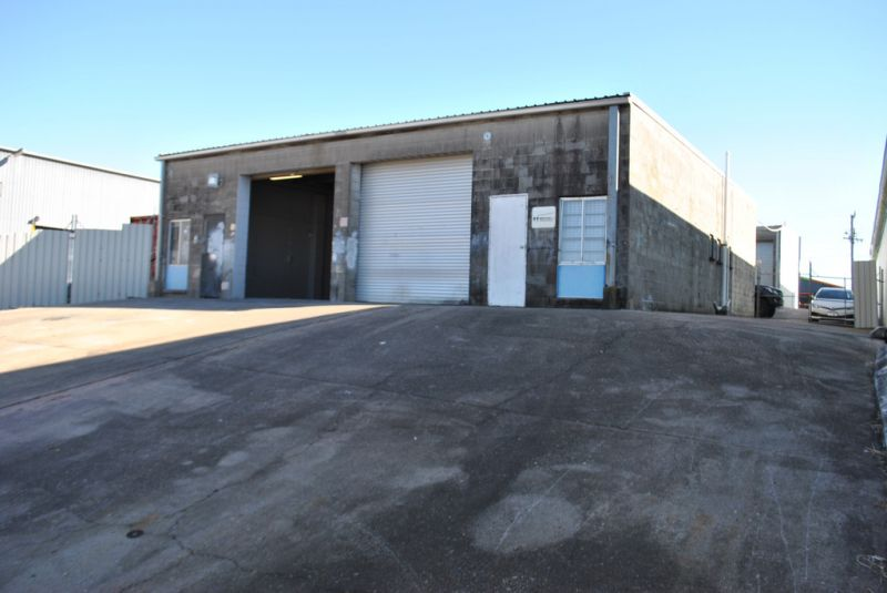 INDUSTRIAL WAREHOUSE IN MOSS ST