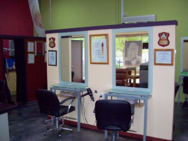 WELL ESTABLISHED SALON OF 30 YEARS - EXCELLENT LOCATION - GOOD CLIENT BASE - WELL EQUIPPED!