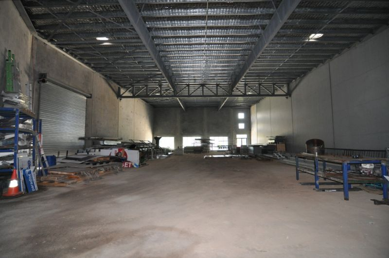 Modern showroom style tenancy suitable for retail, showroom, medical or light industry