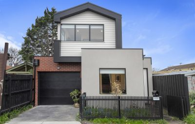 Like new architecturally designed & freestanding double storey residence in stunning Swan street