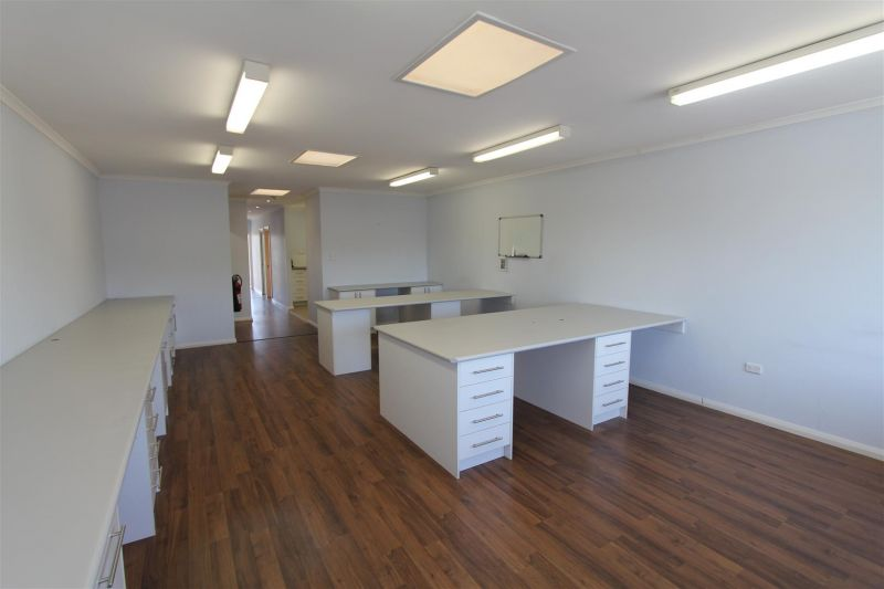 VERSATILE 93M² COMMERCIAL SPACE CLOSE TO STATION