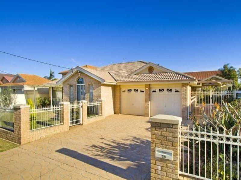 QUALITY ONE LEVEL HOME ON A 1,000M2: BLOCK