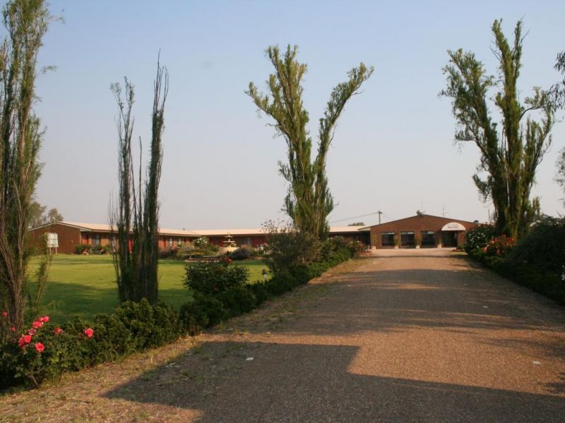 10 acre, freehold Motel in a high profile position.