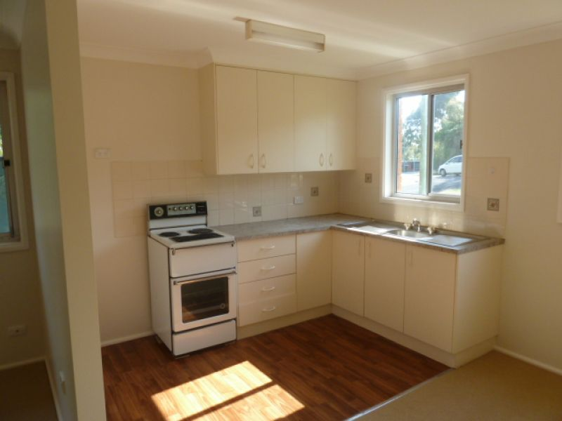 REFURBISHED 2 BEDROOM UNIT, CLOSE TO LAKE AND SHOPS