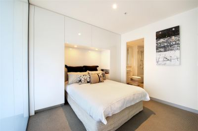 Flagstaff Place: Elegant and Stylish Furnished One Bedroom Apartment in West Melbourne!