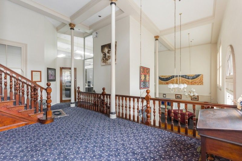Classic high ceilinged offices with a flexible work space