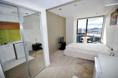 Stunning Fully Furnished Studio Apartment In Docklands!