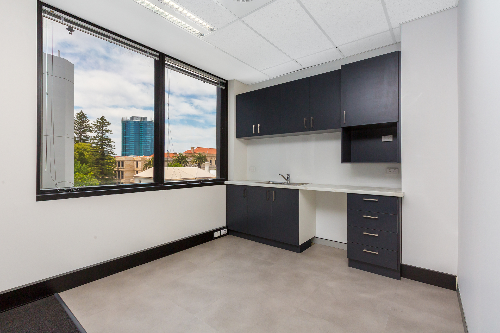 MODERN PARTIONED & FURNISHED OFFICE