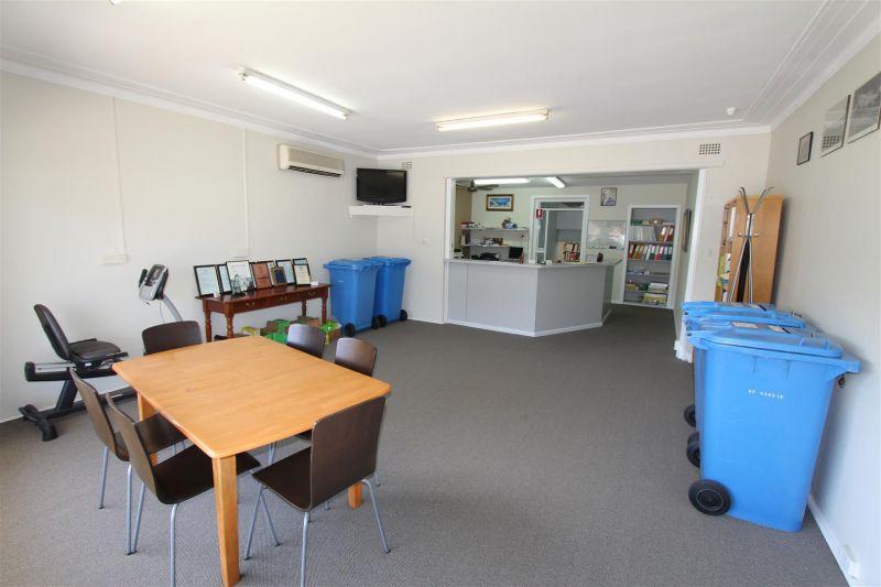220m²  Retail Showroom, Workshop & Office