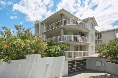 Supersized ground floor apartment moments to the beach