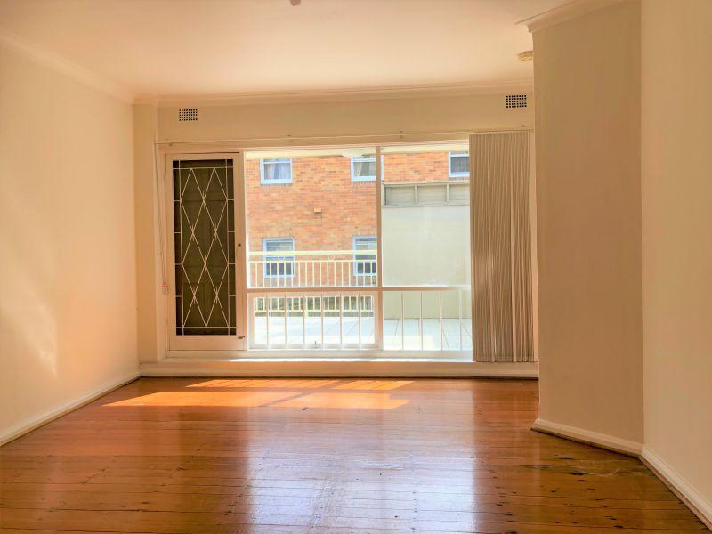 Spacious & Sunny One Bedroom Apartment - Walk To Killara Station!
