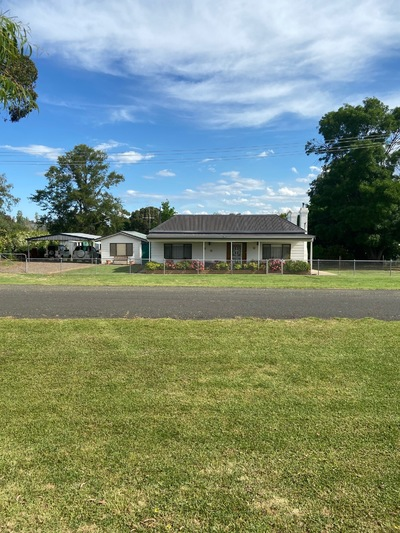 RENOVATED COUNTRY COTTAGE - WITH THE LOT- WALK IN/WALK OUT