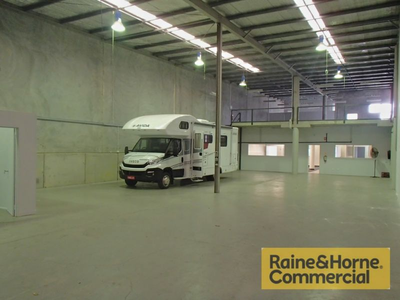 Showroom / Warehouse with Outstanding Exposure
