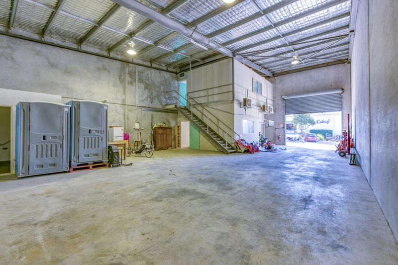VERSATILE INDUSTRIAL UNIT WITH OFFICES