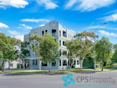 EXECUTIVE ONE BEDROOM RESIDENCE LOCATED ACROSS FROM LEAFY SYDNEY PARK