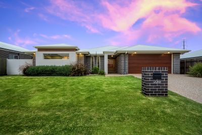 Luxurious Home in Sought after Suburb!