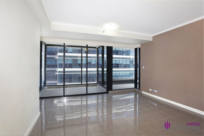 Freshly Painted Spacious One Bedroom Apartment with Study Nook in the Iconic World Tower