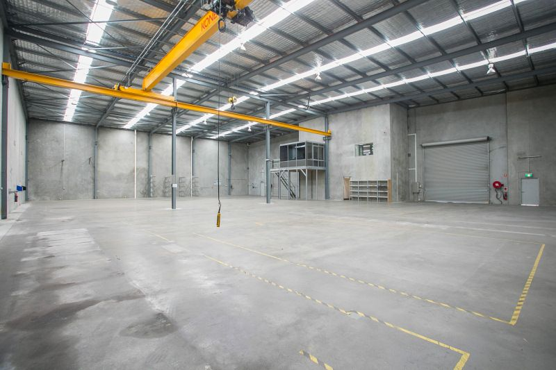 UNIQUE OFFICE/WAREHOUSE WITH 5 TONNE GANTRY CRANE