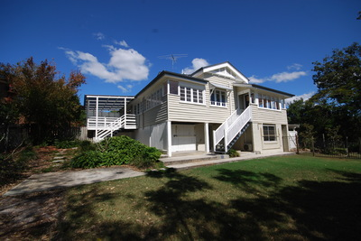 CHARMING QUEENSLANDER WITH BEAUTIFUL OUTDOOR SETTING!
