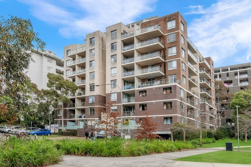 Spacious bright apartment offers sought-after convenience