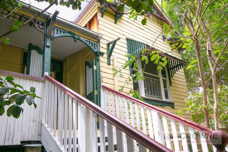 Gorgeous Queenslander - Character Features Throughout - 809m2 Corner Block - Close To Everything