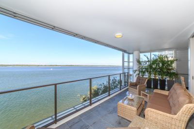Panoramic Broadwater Views from Corner Apartment with Extra Family Room