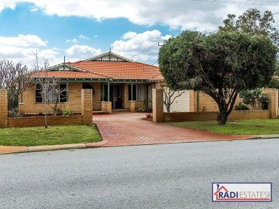 SUPER SIZED FAMILY HOME ON 983 sqm POTENTIAL TRIPLEX BLOCK  **VIEW BY APPOINTMENT**