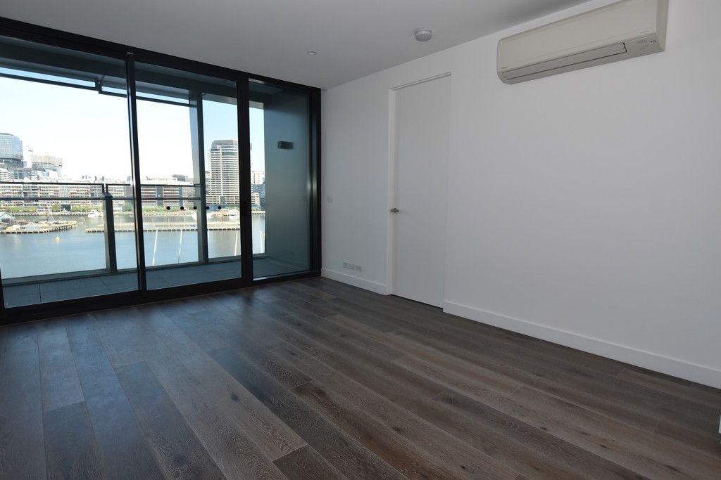 Promenade: Enjoy the Stunning View Docklands Has to Offer!