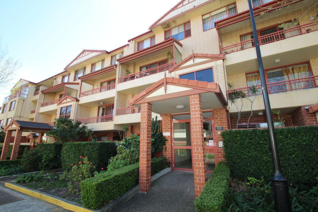 SPACIOUS SPLIT-LEVEL APARTMENT WITH RESORT-STYLE FACILITIES!
