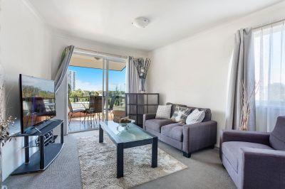 Beautifully Presented Top Floor Apartment