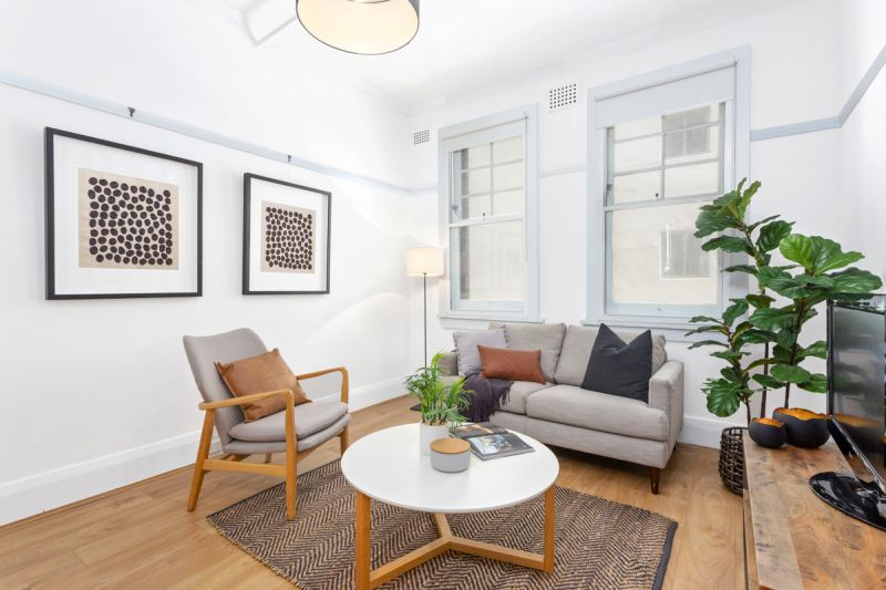 In the heart of Parisian style cafes and restaurants.Romantic 1 bedroom apartment with white walls and wide floorboards.